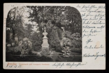 Pomnik Heinricha Roberta Göpperta na Promenadzie we Wrocławiu – widok z fragmentem roślinności na promenadzie