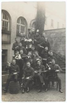 Portret grupy korporantów na tle budynku i schodów